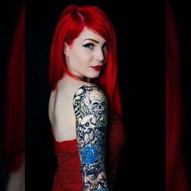 Tatuada de Cabelo Vermelho