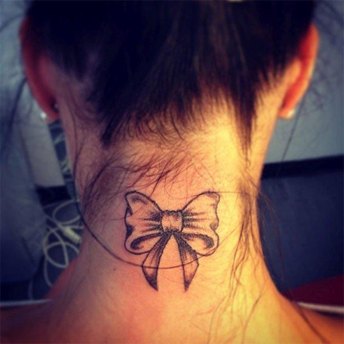 Tattoo Feminina Laço no Pescoço